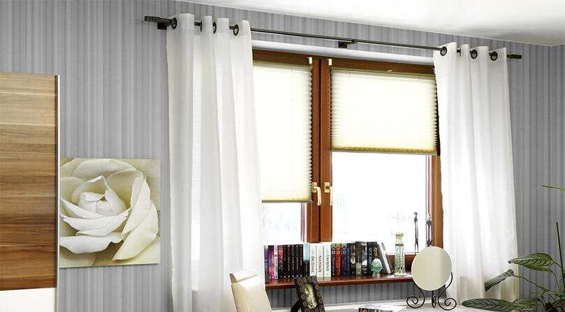 rolety plisowane zamontowane w salonie